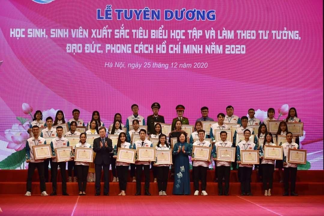 """Sinh viên Phạm Thị Hồng Duyên,  trường Đại học Công nghiệp Quảng Ninh được vinh danh tại """"Lễ tuyên dương học sinh, sinh viên xuất sắc tiêu biểu  học tập và làm theo tư tưởng, đạo đức, phong cách Hồ Chí Minh năm 2020"""""""