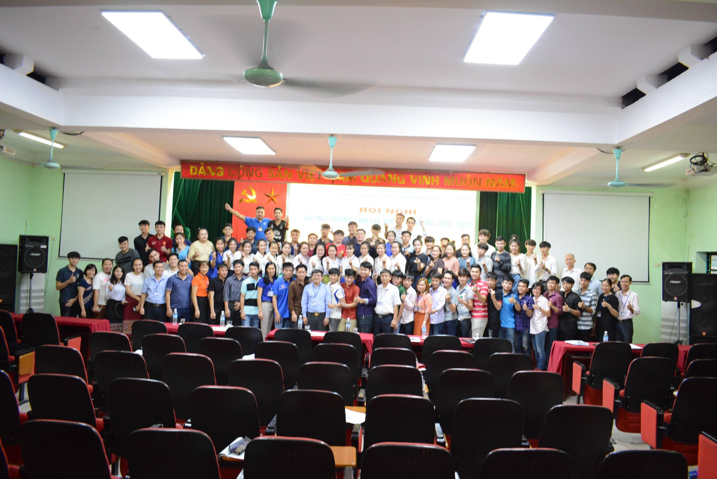 Lãnh đạo nhà trường gặp mặt và đối thoại với lưu học sinh Lào