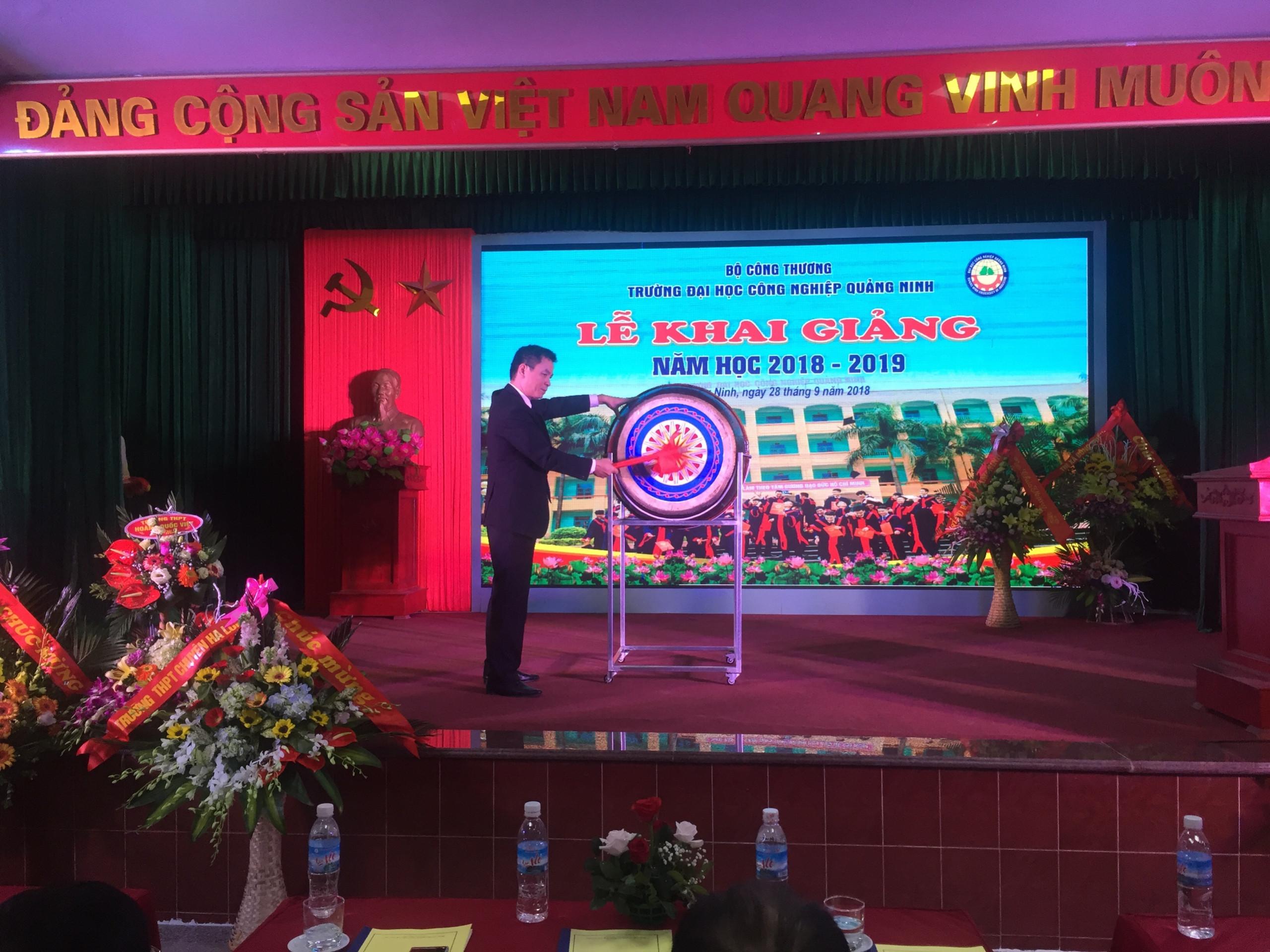 TS. Hoàng Hùng Thắng - Bí thư Đảng ủy, Hiệu trưởng nhà trường đánh trống khai giảng năm học mới