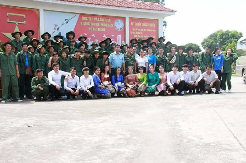 Sinh viên K11 chụp ảnh lưu niệm cùng lãnh đạo Tiểu đoàn tên lửa 81