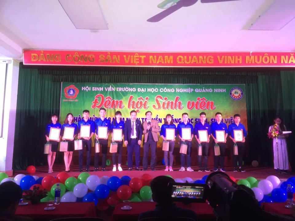 """Chương trình văn nghệ chào mừng  68 năm ngày truyền thống HSSV và Hội Sinh viên Việt Nam; trao thưởng danh hiệu """"Sinh viên 5 tốt"""" cấp Trường năm học 2016 - 2017"""