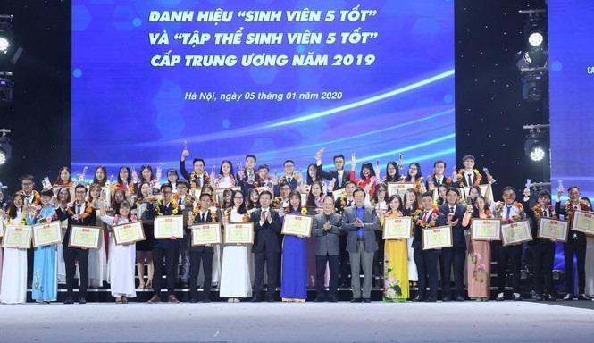 """Sinh viên trường ĐH Công nghiệp Quảng Ninh nhận danh hiệu """"Sinh viên 5 tốt""""  và giải thưởng """"Sao tháng Giêng"""" cấp Trung ương năm 2019"""