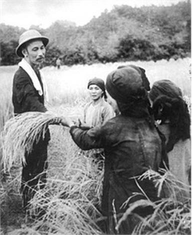 Phong cách quần chúng, dân chủ, nêu gương trong tư tưởng và tấm gương đạo đức Hồ Chí Minh.