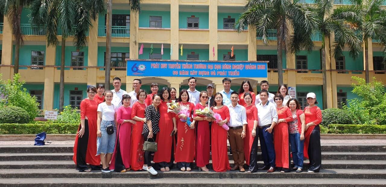 Cựu HSSV Tuyển khoáng K43 về thăm trường và tri ân thầy cô giáo