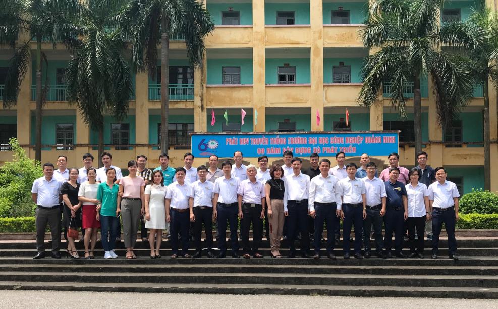 Lãnh đạo nhà trường chụp ảnh lưu niệm cùng đội ngũ Tiến sĩ, NCS của trường