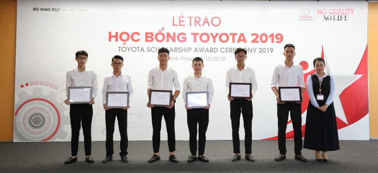 Bà Đỗ Thu Hoàng PGĐ TMV trao học bổng cho các em sinh viên Nhà trường