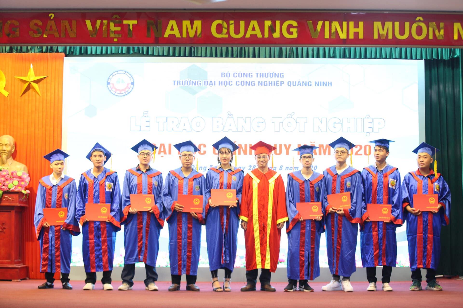 Trao bằng tốt nghiệp cho sinh viên chinh quy năm 2020